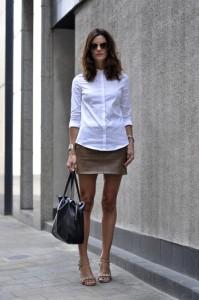 assagir une mini jupe avec une chemise cintrée boutonnée jusqu'au cou