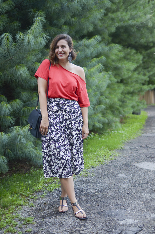 Mandy Fierens, the curvy blogger red T-shirt